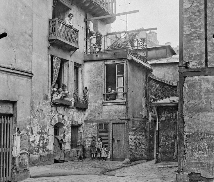 Les habitants aux balcons d'un vieil immeuble de la ruelle des Gobelins, en 1921 (aujourd'hui la rue Berbier-du-Mets, Paris 13e) (photo Agence Rol, BnF)