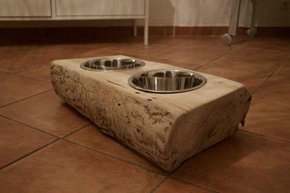 Je réalise, sur commande, des supports de gamelles pour chiens ou chats, en bois massif.  Je les taille moi-même dans des grosses pièces de bois naturels, de ce fait chacune est unique et impossible à reproduire à lidentique. Les gamelles en inox de la taille de votre choix sont fournies avec et sont bien sur amovibles pour faciliter le nettoyage.  Je peux réaliser le porte-gamelle de la taille de votre choix, il sera une pièce unique et originale dans votre intérieur, crée à la main par…