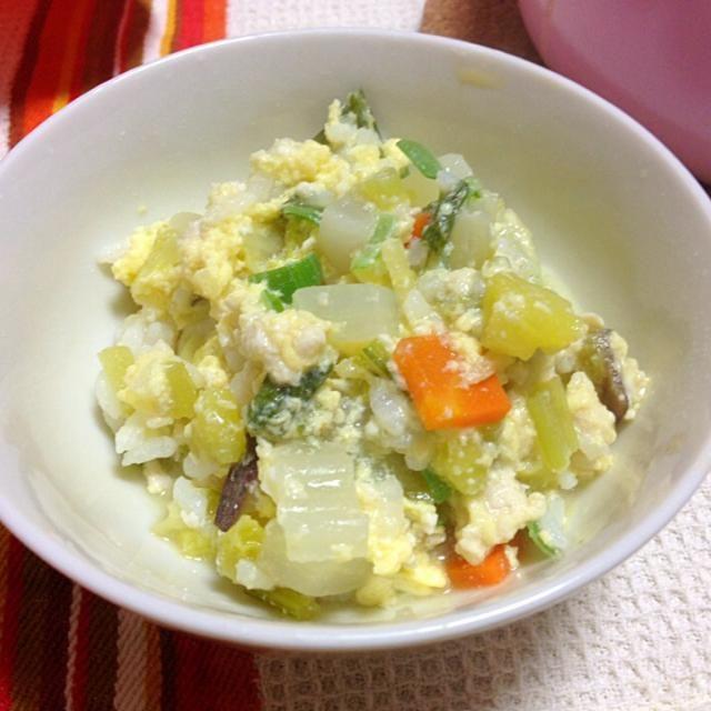 こんばんは〜ヾ(*゚Θ゚*)ノ  なんと風邪がぶり返してしまいました今度は咳が止まらない‥辛いです  たまご、鶏ひき肉、ねぎ、白菜、にんじん、かぶ、かぶの葉、さつまいも、しょうが‥  とりあえず栄養があって消化に良さそうなもので雑炊をつくりました! 鶏肉と野菜からいいダシがでていて、鍋一杯分食べました(笑)  体ポカポカ!おいしかったです お願いだからはやく治って〜〜(p>_<q) - 25件のもぐもぐ - 風邪っぴきのポカポカ雑炊 by たきゃた