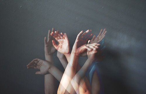 bostezarsonrisas:  Mira mis manos, ¿ves?  No pesan nada, ¿ves? Están flotando, ¿ves?  Love of lesbian - 1999 -