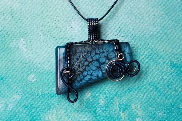 Pendentif en résine peint à la main bleu et gris (pendentif seul) de la boutique VRWishes sur Etsy