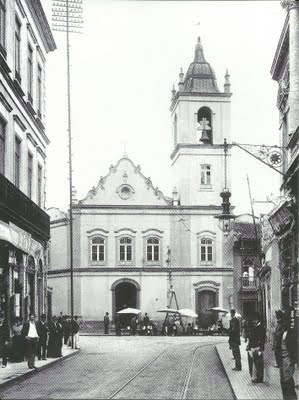 igreja de Nossa Senhora do Rosário dos Homens Pretos no largo do Rosário antes da sua demolição (1904)