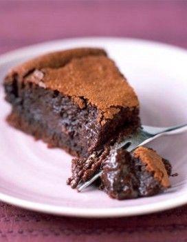 INGRÉDIENTS 250 g de chocolat à 70 % de cacao 250 g de beurre 180 g de sucre 150 g de farine 5 œufs 20 g de cacao en poudre 1 cuillerée à café de levure chimique Faire fondre 250 g de chocolat à 70 % de cacao avec 250 g de beurre. Battre les oeufs avec le sucre, ajouter le chocolat puis la farine et le cacao en poudre et la levure. Cuire quelques minutes à 180 °C dans des tasses à expresso et, à mi-cuisson, parsemer de noisettes caramélisées.