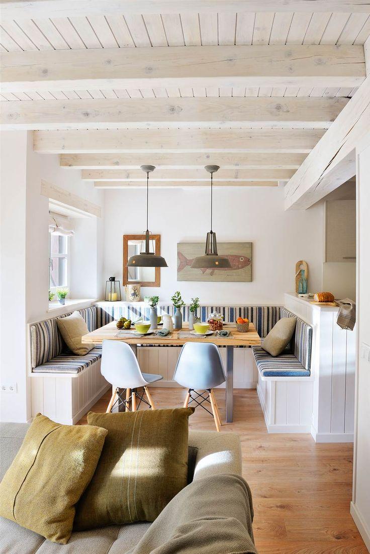 """Comedor en blanco de estilo marinero abierto al salón con vigas pintadas y un gran banco en U"""" a medida"""
