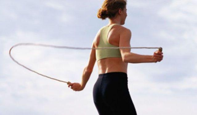 Το σχοινάκι αποτελεί έναν απλό, οικονομικό, εύκολο και πολύ αποτελεσματικό τρόπο εκγύμνασης όλου του σώματος. Η Ιωάννα Βαπορίδη, MSc καθηγήτρια φυσικής αγωγής, www.aquabirth.gr, δίνει τις κατάλληλες συμβουλές για να ξεκινήσεις. 1. Κάντε καλό ζέσταμα στην αρχή του προγράμματός σας και καλές διατάσεις στο τέλος. Να μένετε τουλάχιστον 10'' σε κάθε διάταση. 2. Ο τρόπος αυτός