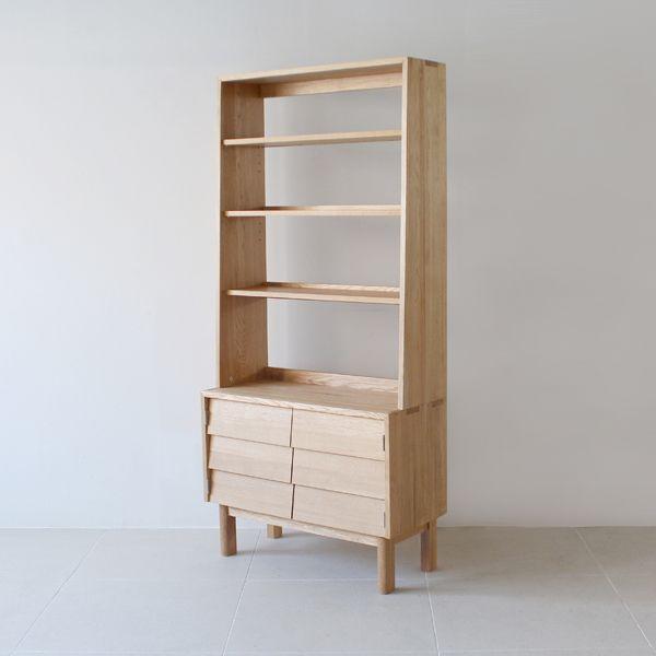 Kano Book Shelf/カーフが考える「いい家具」の基準は、素材の持ち味を十分に引き出し、使うほどに風合いが増していく事。  トレンドを取り入れながらも足し算ではなく、引き算から生まれた飽きの来ないデザインで、インテリアと調和しやすい事。 そして、消費されるのではなく、ユーズド・ビンテージ家具として末永く愛され使い続けられる事。#家具  #北欧  #デザイン #目黒 #インテリア #キャビネット #ライフスタイル  #普遍