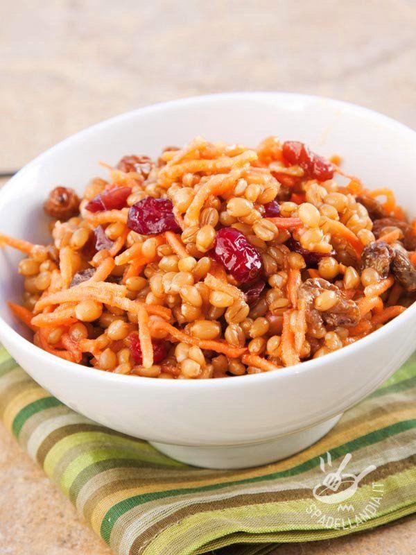 Ecco un piatto benefico e salutare grazie alle mille proprietà dei suoi ingredienti principali: l'Insalata di orzo con mirtilli e noci!