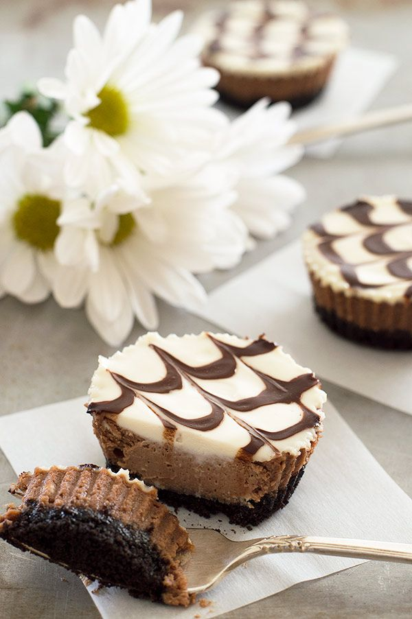 """Pushing Daisies""-inspired mini mocha and Kahlua cheesecakes with a crunchy Oreo cookie base, cool sour cream topping, and fudge sauce. Recipe includes small-batch instructions and nutritional information. From BakingMischief.com"