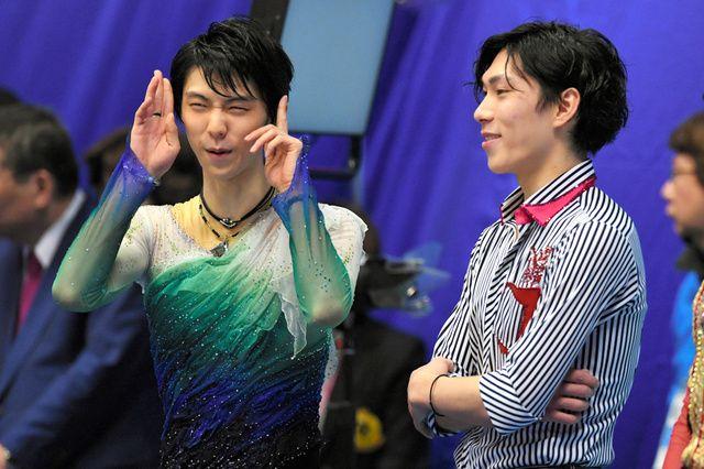 表彰式前に3位の田中刑事(右)と話す、優勝した羽生結弦=白井伸洋撮影