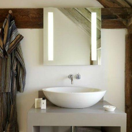 Ce miroir lumineux carré complétera votre salle de bain ou votre chambre à coucher. Son éclairage latéral câline le reflet dans le miroir en émettant une lumière non éblouissante. Un objet simple et efficace.