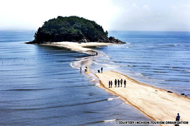 Seonjaedo, Inchon area, South Korea The path is only usable at low tide ❤ Reiseausrüstung mit Charakter gibt's auf vamadu.de