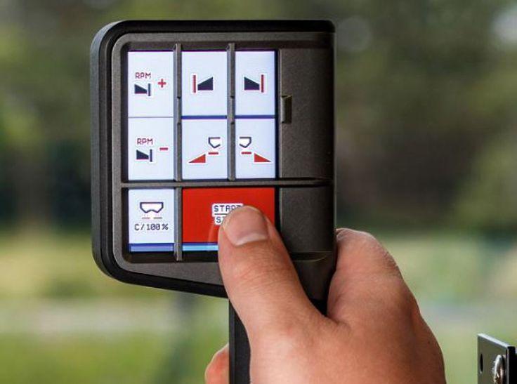 Egal, ob Traktorfahrhebel oder externer Bediengriff: Es gibt immer mehr frei konfigurierbare Tasten. Weil Form- und Kennzeichnung der Tasten gleich bleiben, fällt es Fahrern schwer, den Überblick zu behalten. Interessant ist die Idee des CCI, zu sehen auf der Agritechnica.  Im AUX-N-Bediengriff A3 ist ein Touch-Display integriert. Hier lassen sich Einteilung und Funktionssymbole frei anordnen (längs oder quer).   Damit der Finger die richtige Taste findet, gibt es für unterschiedliche…