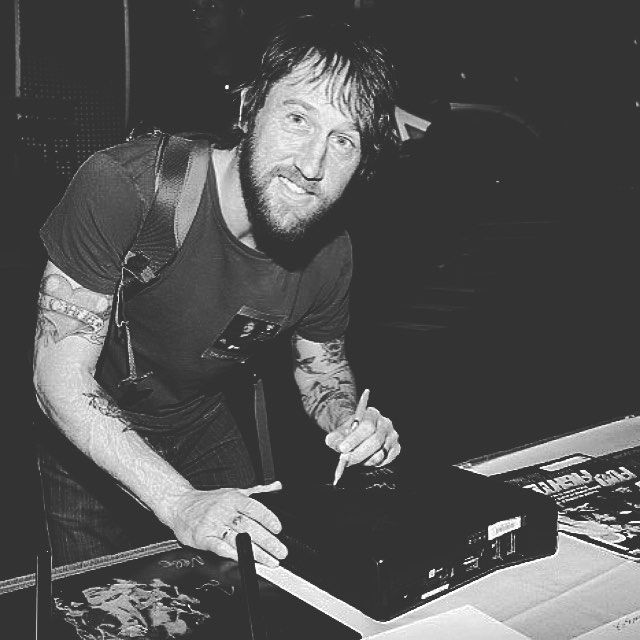 Ayyy whos left handed like Chris and I ? | #chrisshiflett #chris #shiflett #foofighters #foo #fighters #guitarist #thereisnothinglefttolose #wastinglight #thecolourandtheshape #sonichighways #echoessilencepatienceandgrace #subpop #subpoprecords #rock #rockbands #rockmusic #classicrock #altrock #alternativerock #altmusic #alternative #alternativemusic by spookycobainn https://www.instagram.com/p/BBHVJ9RHezW/ #jonnyexistence #music