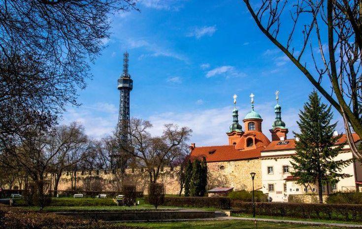 De Petřín-uitkijktoren is een 60 meter hoge stalenconstructie in Praag