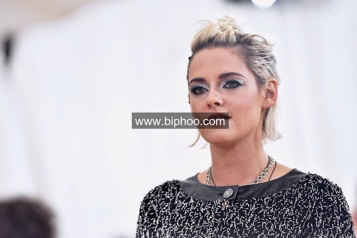 Kristen Stewart dating Cara Delevingne's old flame http://www.biphoo.com/celebrity/kristen-stewart/news/kristen-stewart-dating-cara-delevingne-s-old-flame-alicia-cargile-dumped