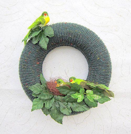 Věneček Zelená ptačí rodinka Originální pletený věnec s ptačí rodinkou. Věneček je vhodný k dekoraci bytu nebo dveří.¨ Průměr: 28 cm