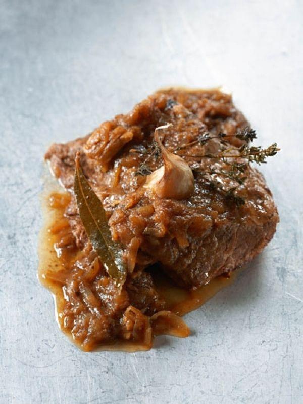 DRAADJESVLEES BEREIDINGVerhit de boter in een braadpan. Schroei het vlees in delen rondom bruin. Schep uit de pan en bak in dezelfde boter de uiringen glazig. Blu...