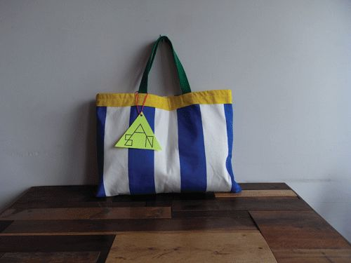 「こどもあつかいしないで!」をテーマにこどもっぽくないこどものLesson bagを作りましたリバーシブル仕様の1点ものです42cm×31cmボー... ハンドメイド、手作り、手仕事品の通販・販売・購入ならCreema。