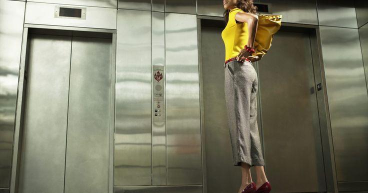 Cómo no se deben usar los pantalones Capri. Los pantalones Capri pueden ser bonitos cuando se usan de la manera correcta, pero una mala pasada puede convertirse en un No del mundo de la moda. Usar pantalones inapropiados o combinar pantalones cortados con piezas cuestionables puede hacer que una mujer joven se vea mucho más vieja de lo que es. Si tienes un par de pantalones Capri en tu ...