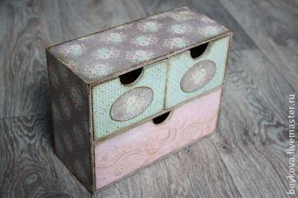 Мини -комод `Розовая мечта`. Мини-комодик выполнен в технике декупаж в стиле винтаж . Пригодится для хранение урашений, косметики ниток, булавок, заколок и всякой мелочи.Незабываемый подарок для себя любимой или дорогих вам людей.