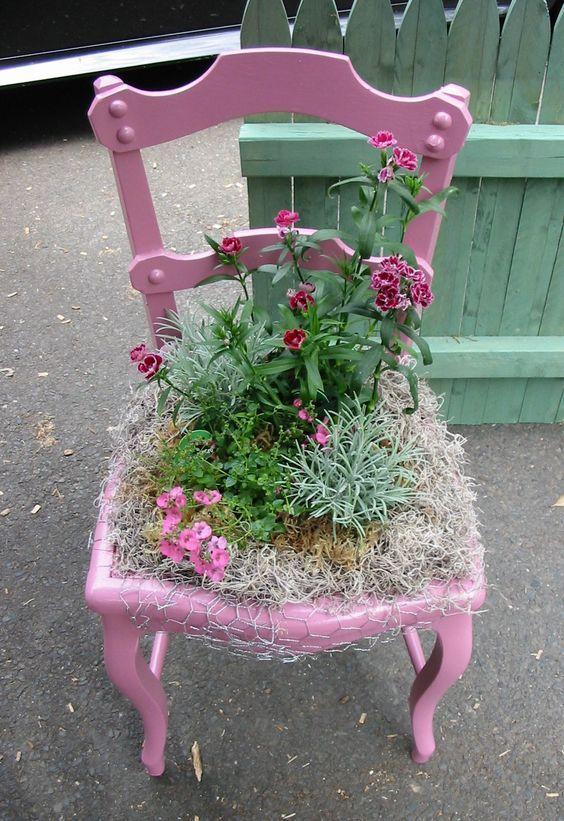 Επειδή τίποτα δεν πάει χαμένο, αξιοποιήστε τις παλιές καρέκλες και δημιουργήστε μια υπέροχη σύνθεση με τα αγαπημένα σας φυτά για στολίσετε...