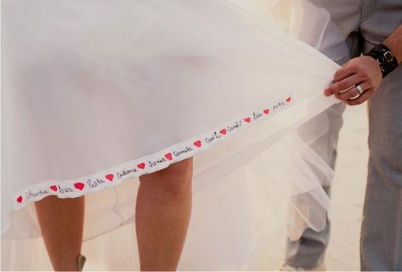 Fita para o vestido de noiva com o nome das amigas que querem se casar. Para dar sorte e trazer amor!