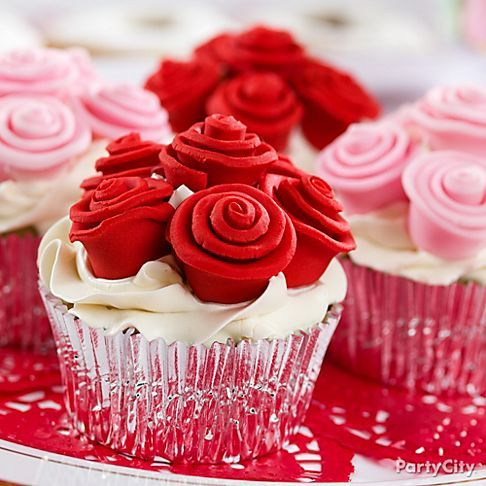 Give your sweetheart the best kind of roses: edible ones! We love how this idea gives new meaning to cupcake bouquet. Love is in bloom!