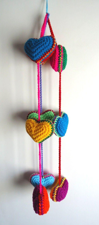 Móvil de corazones tejido al crochet a mano con lanas acrílicas relleno de vellón. Vienen en distintos colores. Medidas largo del móvil 58cm aprox.