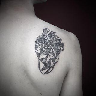 Este corazón geométrico. | 35 Diseños de tatuajes perfectos para el hombro
