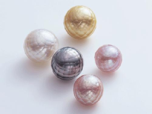 日本が世界に誇れる高度なダイヤモンド研磨加工技術からさらに国際特許取得技術で加工された世界で唯一(有)小松ダイヤモンド工業所だけが作り出せる「華真珠」。http://www.facetedpearl.com/what's-j.html