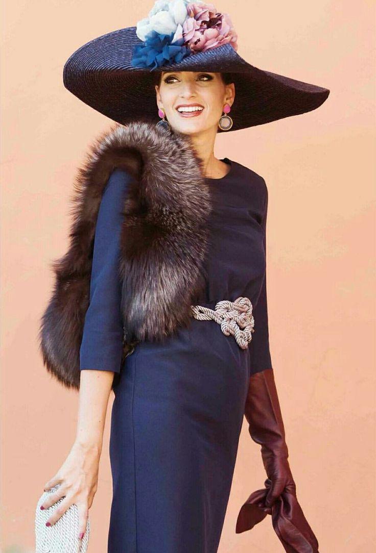 Miss Cavallier con vestido de Bruna, cinturón y cluch de Olvido Madrid.