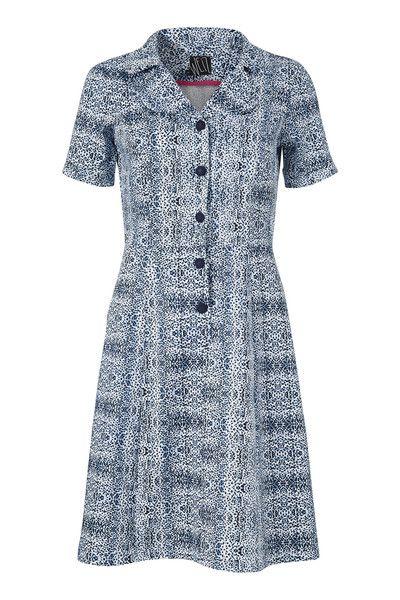 Loretta kjolen er skøn og lækker at have på, den sidder perfekt og er nem at dresse op og ned. Denne udgave er i et frisk blåt prik mønster.