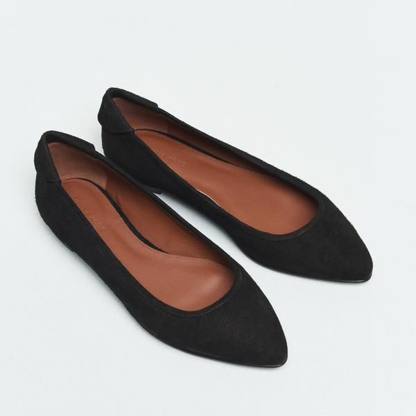 A wardrobe staple and a versatile, everyday wear. Feminine and versatile low-cut ballet flat with pointed-toe, crafted from soft Italian brushed buffalo leather