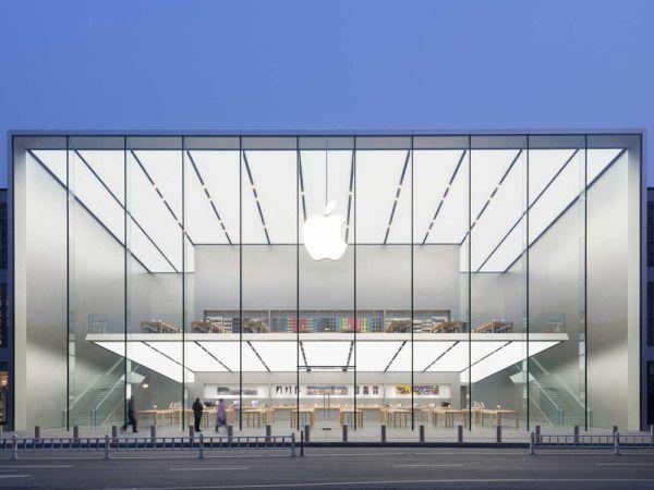 杭州の新しいアップルストアは、天井の高さが15mほどだが、柱が見当たらない。正面のガラスパネルは、切れ目なしに床から天井にまで達している。