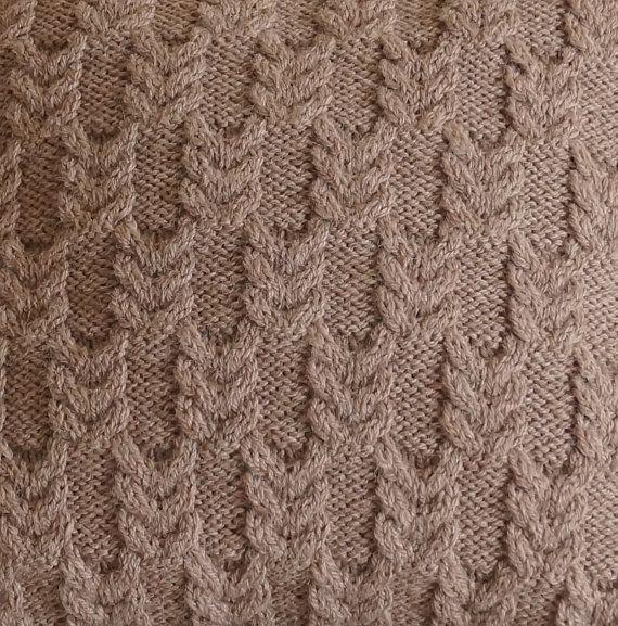 Fügen Sie dieses ganz besonderen handgefertigten Schliff auf Ihr Zimmer mit diesem schönen neutralen Kabel stricken Kissenhülle... Einfach perfekt für ein Sofa, Sessel oder Bett einen luxuriösen texturierten Akzent hinzufügen.  BLISSFORD ist, dass die Hand in einem wunderschön weich, 65 % Schurwolle, 35 % Alpaca Garn gestrickt. Eines der Dinge, die dieses Garn so besonders macht ist, dass vor dem Färben es harten chemischen Behandlungen wie viele Garne nicht ausgesetzt ist, die Fasern sind…