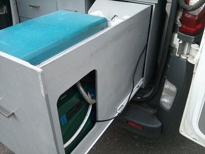 Meuble tiroir GAZ/EAU avec chauffe eau instantanné Kampa Geyser robinet + douchette et 2x19L de réserve d'eau propre, coin cuisine composé d'un réchaud Campingaz Kitchen 2 feux / plancha et tiroir à couverts, alimentés par 2 bouteilles Campingaz R907 - Renault Trafic II Passenger - cuisine extérieure intégrée dans un tiroir de 82cm montée sur coulisses à sortie totale