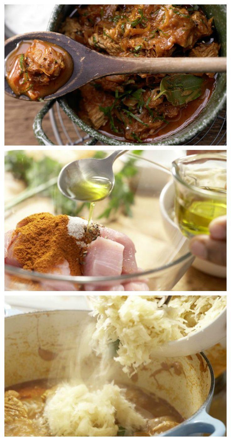 Vor dem Braten wird das Fleisch mit Öl, Salz, Pfeffer und Paprikapulver gemischt: Szegediner Putengulasch mit Sauerkraut und Paprika | http://eatsmarter.de/rezepte/szegediner-putengulasch