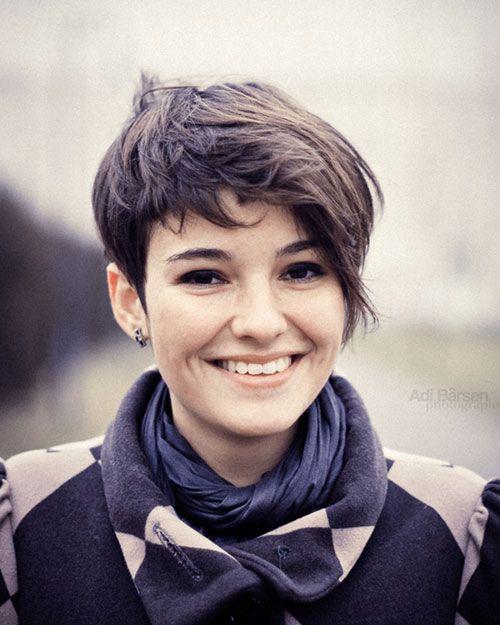 Lindo corte de pelo corto para adolescente