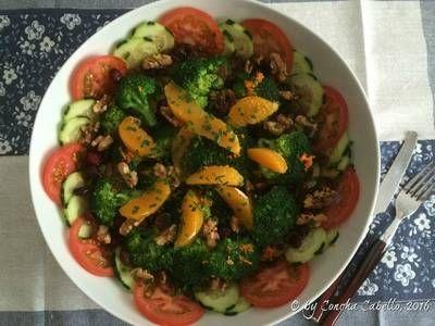 Ensalada de brócoli y patatas, con frutos secos y naranja