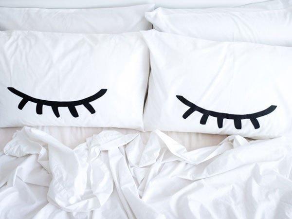 Travesseiro com olhos.