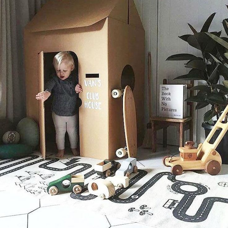 Et lille hus i træ til værelset. Og så en lem hvor man kan lege købmand. Som billedet. Ved siden af.
