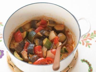 脇 雅世さんのトマトを使った「本格ラタトゥイユ」のレシピページです。ラタトゥイユは「野菜のトマト煮込み」ではないんです!野菜をていねいにしっかり炒めてから煮ることでどの野菜も「主役」の味に仕上がりますよ。 材料: トマト、A、にんにく、ローリエ、オリーブ油、塩