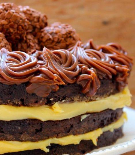 Naked cake de brigadeiro, feito com massa de bolo Oreo, intercalado com camadas de brigadeiro branco e cobertura generosa de brigadeiro de chocolate. Irresistível!
