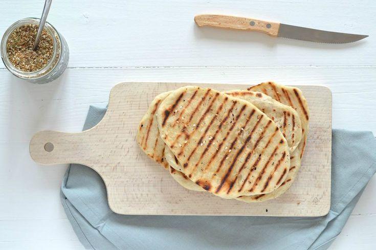 Naanbrood is een soort brood dat veel gegeten wordt bij Indiaanse gerechten, denk aan een lekkere curry. Ook kun je het serveren met wat hummus erop.