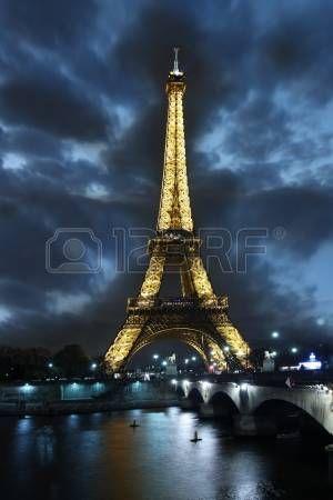 light towers: Eiffel toren bij nacht in Parijs, Frankrijk