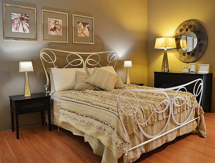 Bellissima handira vintage, la tradizionale coperta nuziale berbera, che può essere usata oltre che come coperta, anche come tappeto, per vestire un divano o appesa al muro per decorare una parete, apportando un tocco di raffinatezza e glamour in ogni ambiente. Realizzata a mano dalle popolazioni berbere dell'Alto Atlante in Marocco, è in lana e cotone e decorata con paillettes in metallo che scintillano e con il movimento producono un dolce suono #weddingblanket #shabbychic #boho…