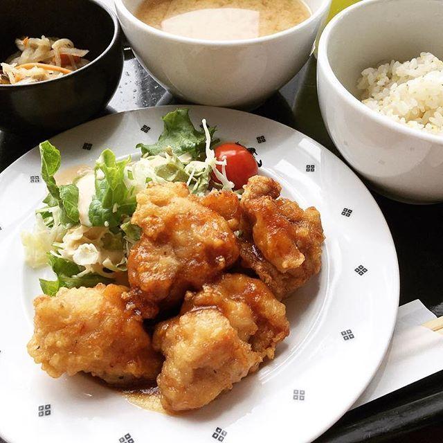 🌼 ●鶏の唐揚げ🐔 粗挽きジンジャーソース 定食500円● あれれー最近揚げ物ばっかり😝 でもおいし😝 小鉢は切り干し大根♪♪ #東京#社食#定食#昼#昼ご飯#ランチ#肉#魚 #おいしい#早い#安い#ワンコイン#500円#満足  #定番#鶏#鶏肉#からあげ#ジンジャー#ソース #切り干し大根#ごちそうさまでした