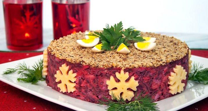 Предлагаем вам еще один рецепт очень красивого праздничного салата. На самом деле его очень легко приготовить из самых простых продуктов. Оригинальный вид ему придает нехитрое украшение: снежинки из...