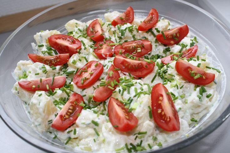 Denne opskrift på kold kartoffelsalat er ret simpel at lave. Derudover er denne opskrift også forholdsvis sund.