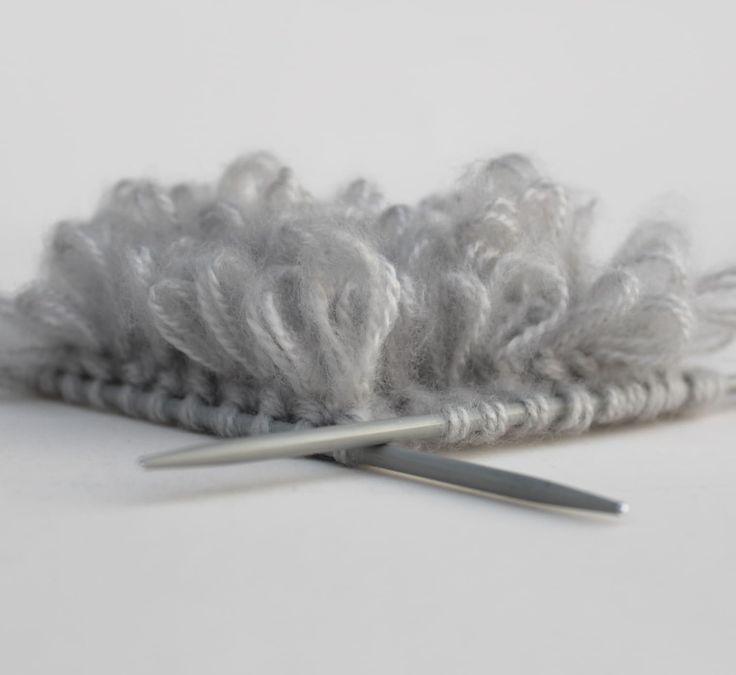 Den typischen Flokati-Style kennt jeder, aber nur die Wenigsten wissen, wie die Schlingenflor-Technik gestrickt wird. Hier die Anleitung